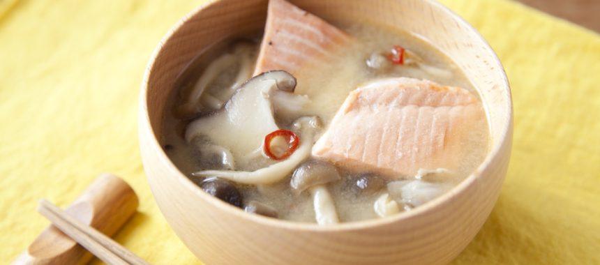 AllAbout記事公開!具だくさんでおかずに!秋鮭ときのこのピリ辛味噌汁の作り方